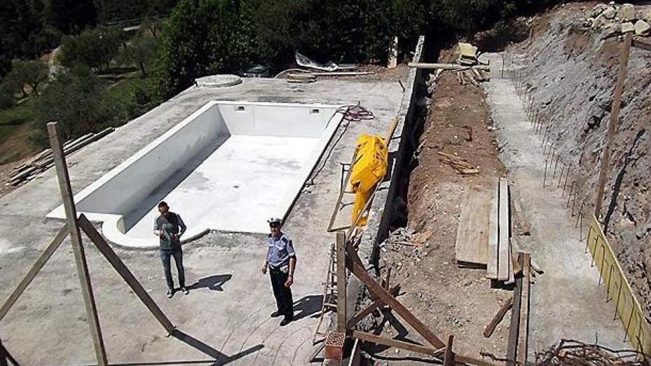 Piscina e muri abusivi sigilli alla villa home - Piscina montichiari ...