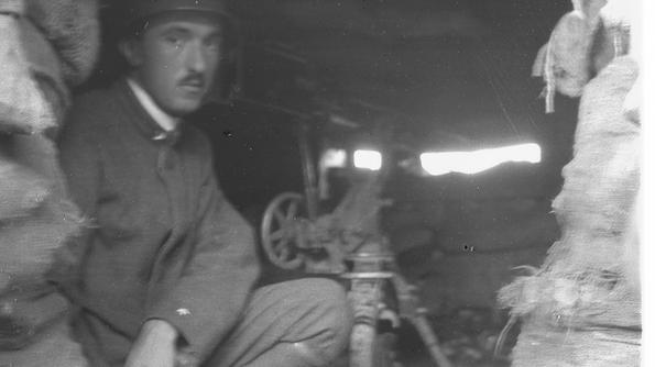 Carlo Emilio Gadda nel 1915 in trincea con la «macchina» come chiamava lui la mitragliatrice