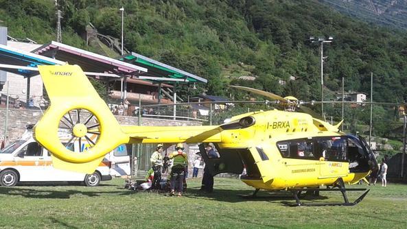Elicottero Edile : Mini escavatore si ribalta un operaio grave al civile