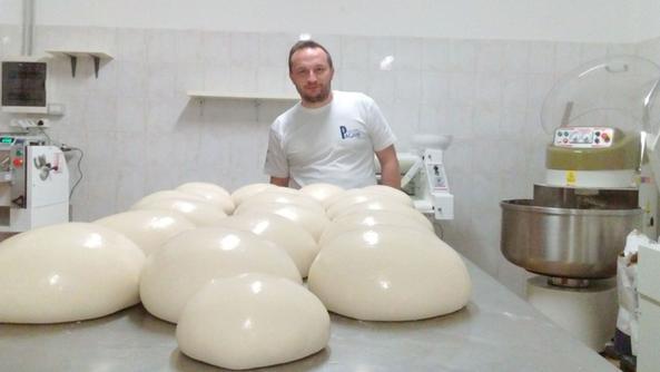 Regis Cotti nella sua nuova forneria di Vissone di Piancamuno