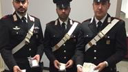 I carabinieri con la merce sequestrata al pusher marocchino
