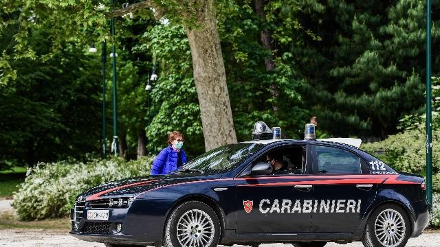 Fugge a carabinieri e ne sperona l'auto, arrestato